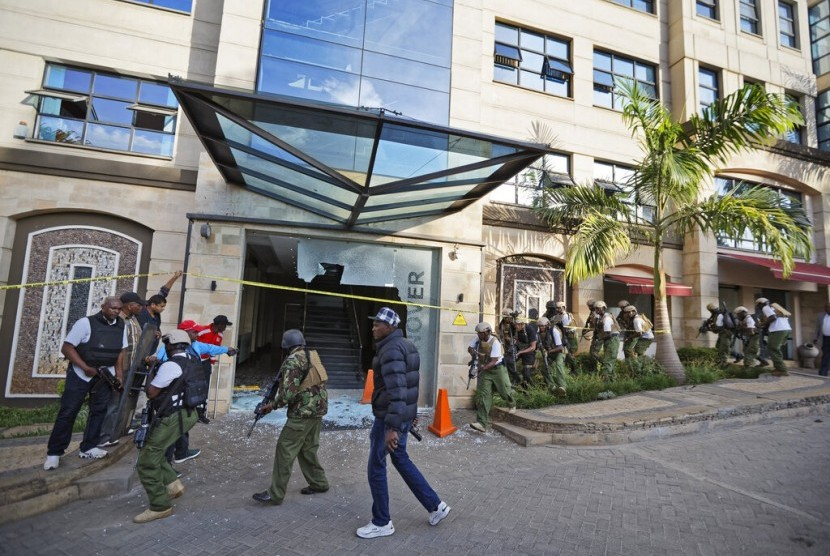 Polisi Nairobi berjaga di depan lobi hotel yang menjadi sasaran pengeboman pada Selasa (15/1).