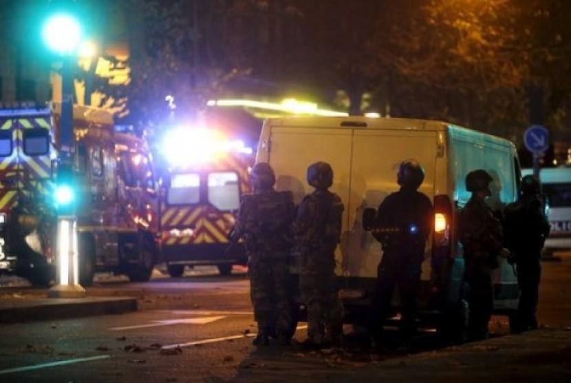 Polisi Paris mengamankan gedung konser Bataclan setelah aksi penembakan Jumat malam.