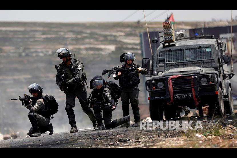 Polisi Perbatasan Israel bersiaga pada peringatan 70 tahun hari Nakba (hari di mana warga Palestina diusir secara besar-besaran oleh Israel) di Ramallah, Tepi Barat Palestina, Selasa (15/5)