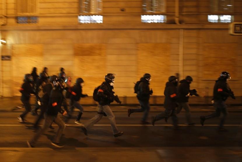 Polisi Prancis mengamankan aksi demonstrasi di Paris.