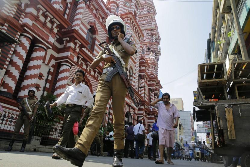 Polisi Sri Lanka berpatroli di luar sebuah masjid di Kolombo, Sri Lanka, Rabu (24/4).