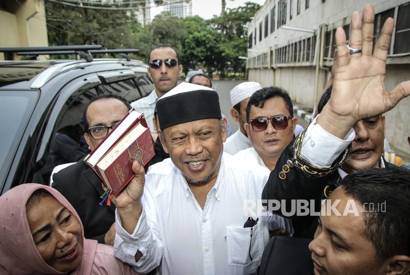 Politikus PAN Eggi Sudjana (tengah) bersiap menjalani pemeriksaan di Dirkrimum Polda Metro Jaya, Jakarta, Senin (13/5/2019).