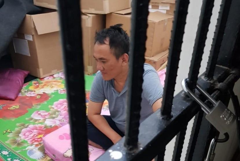 Politikus Partai Demokrat Andi Arief di dalam tahanan setelah diamankan oleh petugas Polda Metro Jaya.