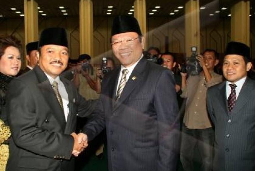 Politisi Golkar Idris Laena (kiri)