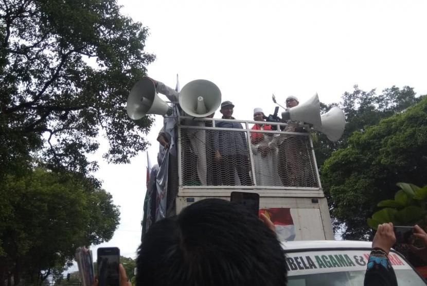 Politisi PAN, Amien Rais, memberikan orasi dalam aksi FUI di depan Kantor KPU, Menteng, Jakarta Pusat, Jumat (1/3). Amien menyerukan KPU bertindak jujur, adil dan menghindari kecurangan dalam pemilu.