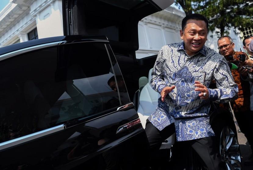 Politisi Partai Golkar Bambang Soesatyo menaiki mobil listrik seusai menemui Presiden Joko Widodo di Kompleks Istana Kepresidenan Jakarta, Senin (15/7/2019).