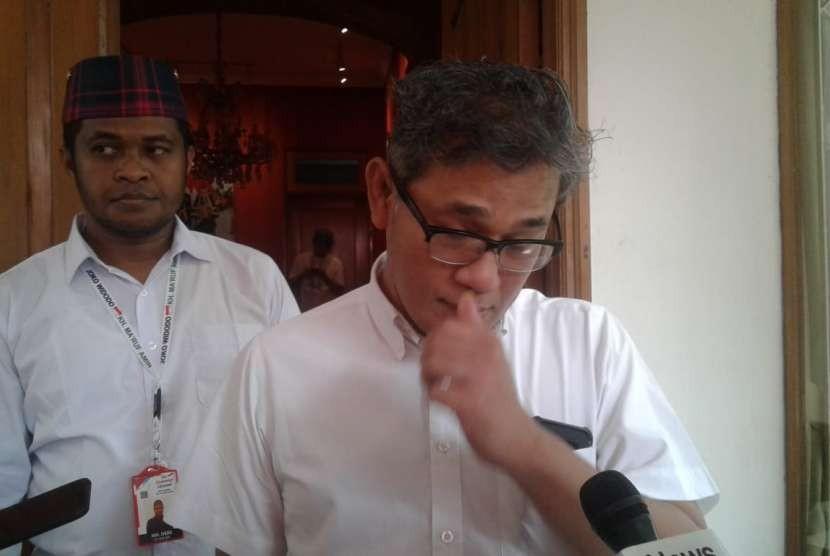Politisi PDIP Budiman Sudjatmiko berbicara kepada wartawan di Posko Cemara, Menteng, Jakarta Pusat, Rabu (19/9).