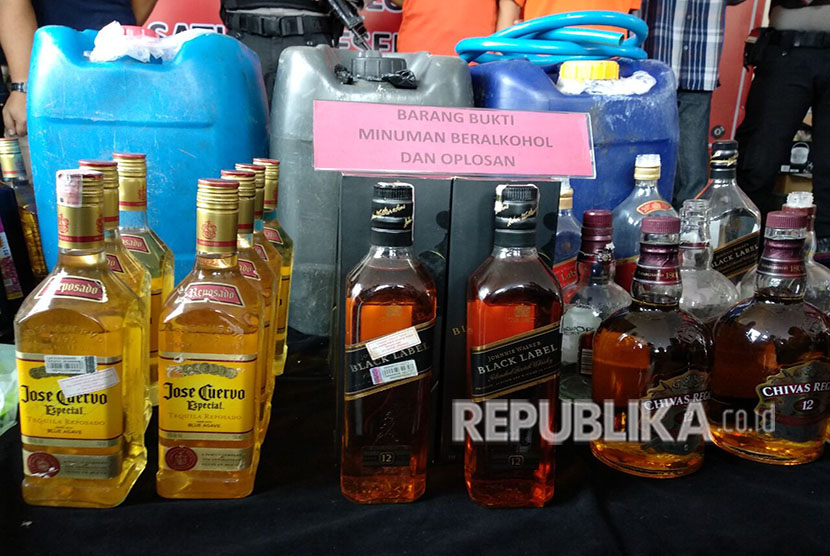 Polisi Ungkap Industri Miras Impor Palsu di Cileungsi. Ilustrasi