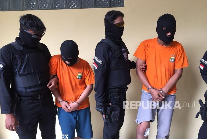 Polres Kabupaten Bekasi mengungkap tiga pelaku begal pada Rabu (28/2), yang melancarkan aksinya hingga membunuh korban, satu diantaranya tewas ditindak tegas petugas.