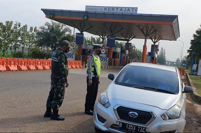 Petugas gabungan memeriksa pengguna kendaraan di titik penyekatan wilayah Kabupaten Majalengka, Kamis (6/5/2021).