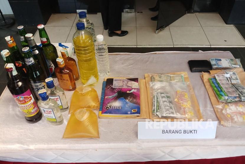 Polres Metro Bekasi Kota kembali mengamankan miras oplosan dan obat tak berizin dari beberapa kecamatan di Kota Bekasi, Senen (9/4)