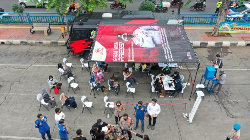 Polres Metro Jakarta Barat (Jakbar) menyediakan layanan vaksinasi keliling yang dinamakan vaksin presisi mobile. Layanan itu tersedia mulai Kamis (1/7), bertepatan dengan HUT Bhayangkara ke-75.