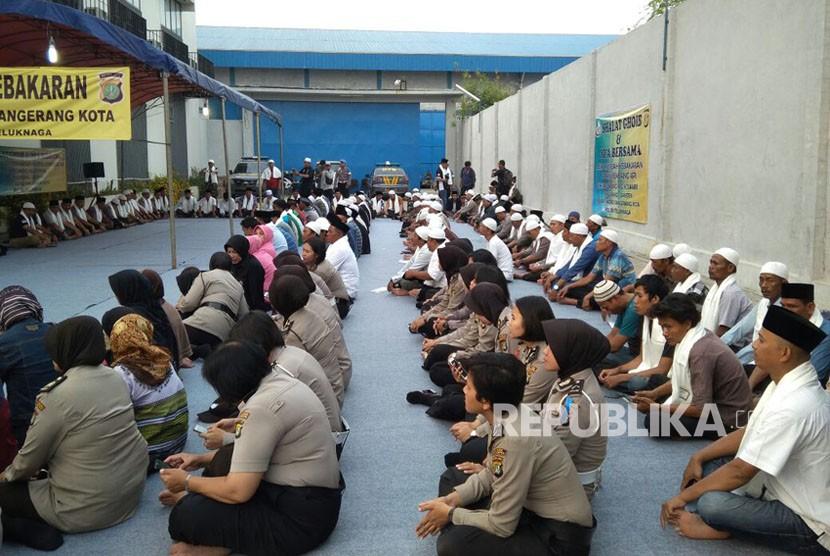 Polres Metro Tangerang Kota, bersama keluarga korban, menggelar sholat ghaib dan doa bersama di depan pabrik PT Panca Buana Cahaya Sukses, Kamis (2/11).