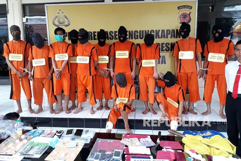 Polres Sukabumi Kota menangkap dua orang anggota geng motor yang melakukan aksi kekerasan dan satu diantaranya terpaksa ditembak karena melawan Selasa (5/6). Tampak muspida menperlihatkan barang bukti.