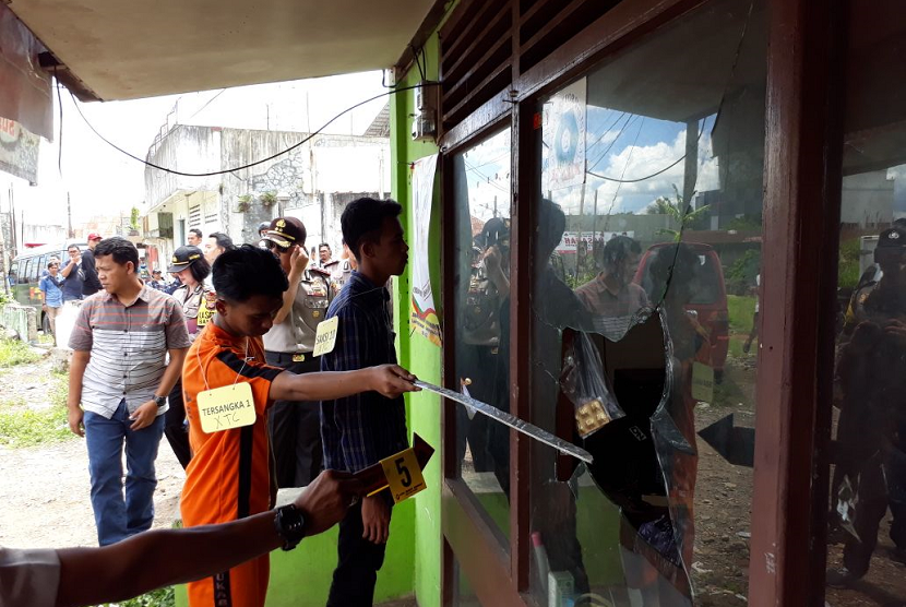 Polres Sukabumi Kota menggelar rekonstruksi kasus perusakan rumah dan angkot yang dilakukan berandalan bermotor di Jalan Kota Paris Kecamatan Cikole Kota Sukabumi Rabu (28/3).