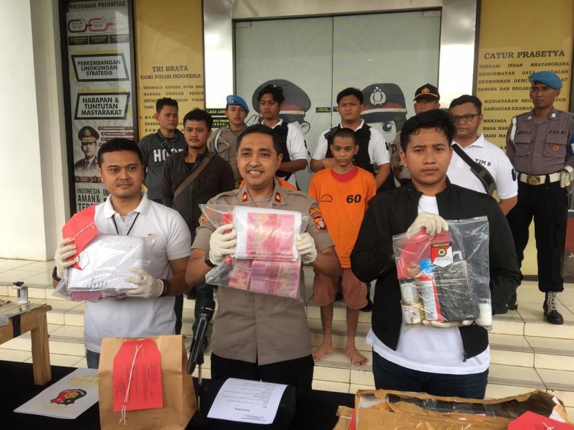 Polres Tangerang Selatan berhasil mengamankan dua pelaku pemalsuan mata uang di wilayah hukum kota Tangsel, Rabu (11/3)(Republika/Abdurrahman Rabbani)