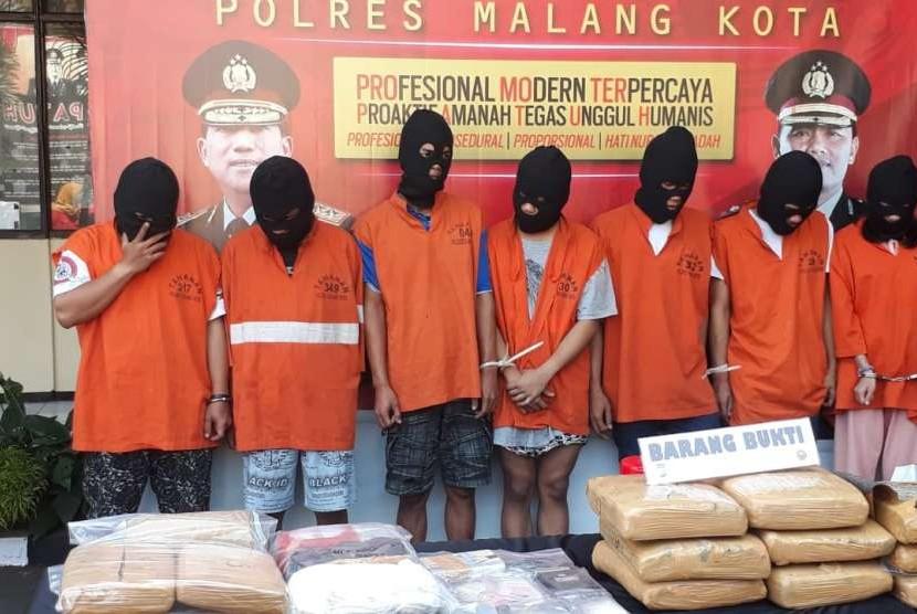 Polresta Malang berhasil mengamankan 30,5 kilogram ganja, 152 butir ekstasi dan 18 gram sabu-sabu. Barang bukti ini diperoleh dari penangkapan jaringan narkotika berjumlah tujuh orang di Kota Malang.
