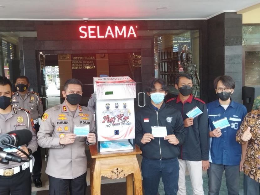 Polresta Malang Kota (Makota) dan Universitas Brawijaya (UB) meluncurkan inovasi dispenser masker di Kota Malang, Kamis (14/10).
