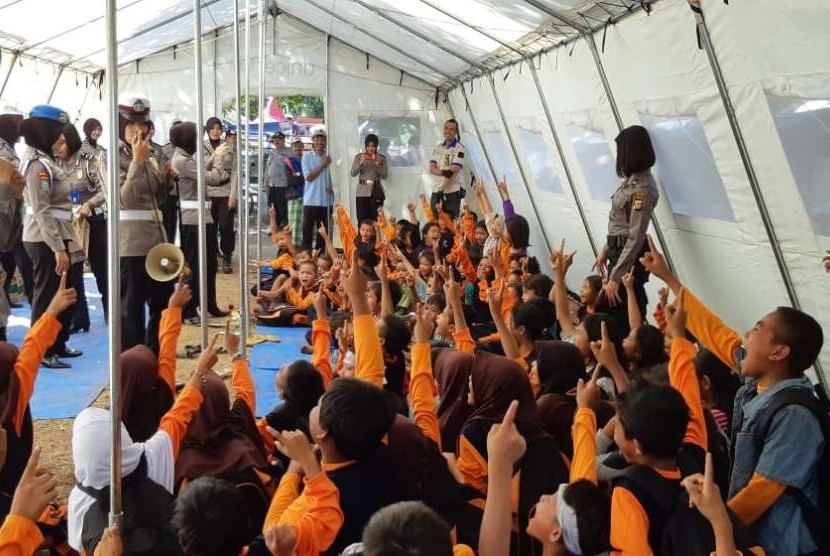 Polwan polres Lotim melaksanakan trauma healing kepada anak-anak korban gempa bumi di Desa Obel Obel, Lombok Timur, Rabu (8/8).