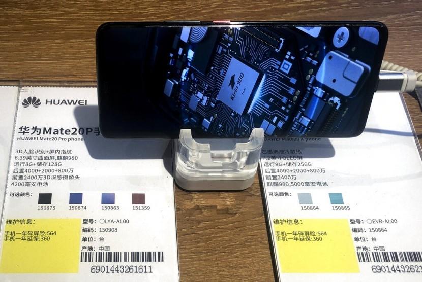 Ponsel Huawei Mate20P menunjukkan chip prosesor buatan sendiri, Kirin, di sebuah toko elektronik di Beijing, Cina, Senin (20/5).