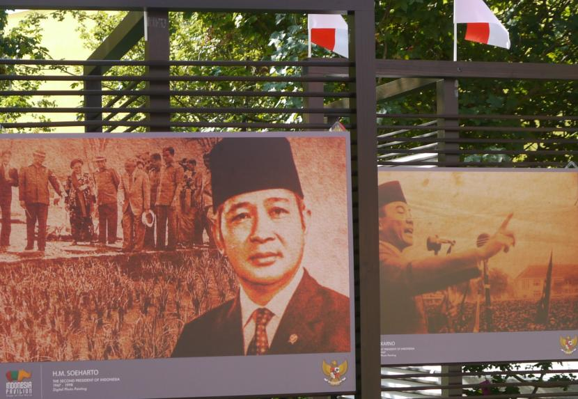 Poster Proklamator RI Sukarno (kanan) bersama Presiden ke-2 RI Soeharto dipamerkan di ajang Milan Expo 2015 di Kota Milan, Italia (ilustrasi).