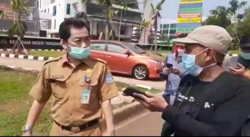 Potongan video viral Kepala Dinas Pemuda dan Olahraga (Kadispora) Tangerang Selatan (Tangsel) Entol Wiwi Martawijaya diduga mengintimidasi wartawan usai menjalani pemeriksaan sebagai saksi dalam kasus penyalahgunaan dana hibah Komite Olahraga Nasional Indonesia (KONI) Tangsel, Selasa (22/6).