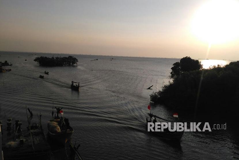 Potret desa pantai sederhana, Pantai Sederhana, Muara Gembong, Kabupaten Bekasi yang tenggelam akibat abrasi air laut. Rabu (23/8).