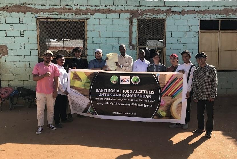 PPI Sudan memberikan 1.106 paket alat tulis sekolah kepada anak yatim dan anak dari keluarga tak mampu di Perkampungan Salamah, Sudan.