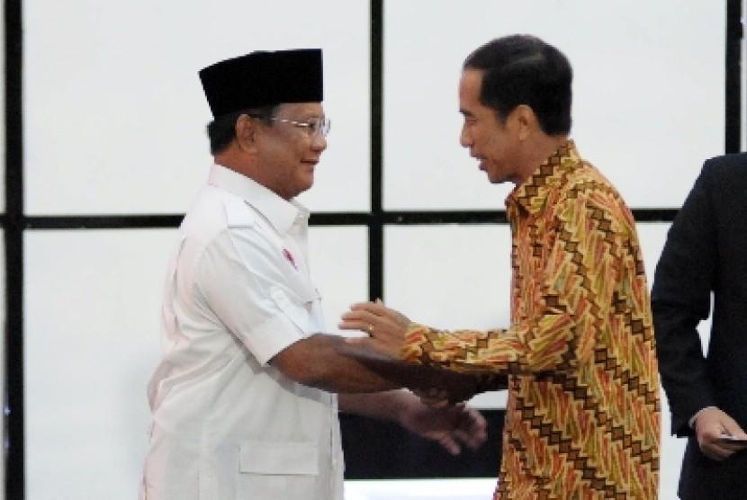 Prabowo dan Jokowi bersalaman sebelum memulai debat capres sesi ketiga di Jakarta, Ahad (22/6) malam WIB.