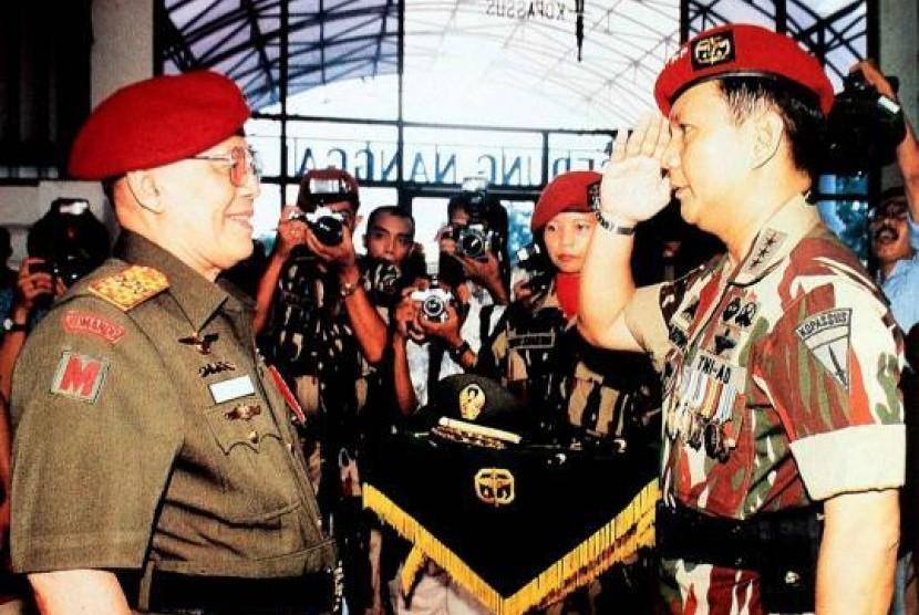 Prabowo memberi hormat kepada Jenderal Besar AH Nasution (Twitter)