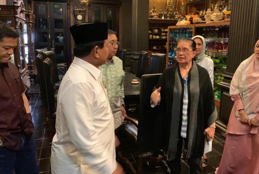 Prabowo menemui keluarga Ahmad Dhani. Di rumah Dhani, Prabowo disambut oleh ibu Ahmad Dhani dan Mulan Jamila yang merupakan istri Ahmad Dhani.