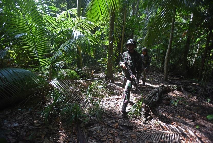 Prajurit melakukan patroli di dlam hutan di Pulau Rondo, Aceh, Sabtu (16/4).    (Antara/Zabur Karuru)