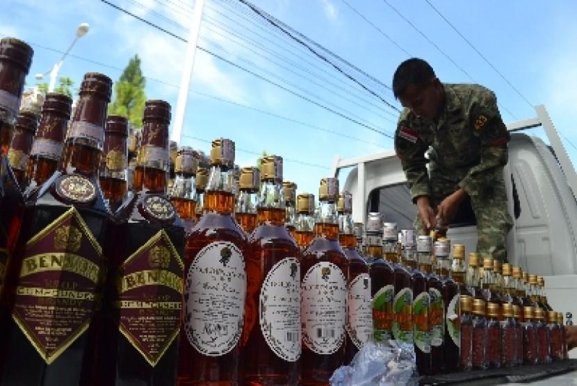 Prajurit Satgas Pamtas Yonif Linud 433/Julu Siri menghitung jumlah minuman keras (miras) selundupan asal Malaysia.