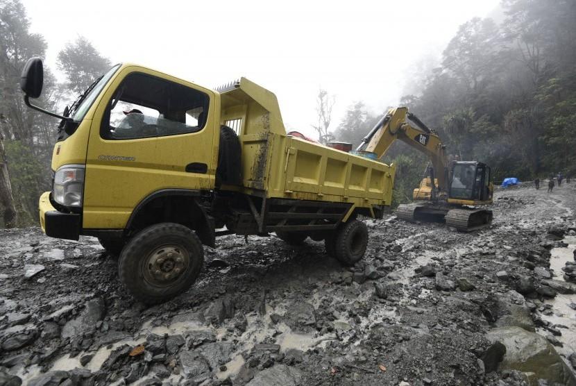 [Ilustrasi] Proyek pembangunan jalan di Distrik Mbua, Kabupaten Nduga, Papua. (Antara/Sigid Kurniawan)