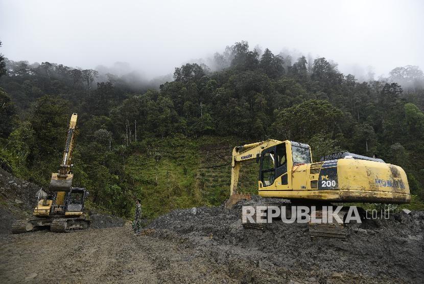 Prajurit Satgas Pembangunan Jalan Trans Papua Denzipur 12/OHH Nabire dan Denzipur 13/PPA Sorong Zeni TNI AD (POP 1) mengoperasikan alat berat di Distrik Mbua, Kabupaten Nduga, Papua (ilustrasi)