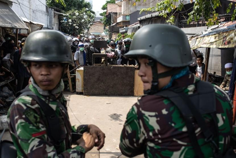 Prajurit TNI AD melakukan pengamanan di Jalan KS Tubun, Jakarta, Rabu (22/5/2019).