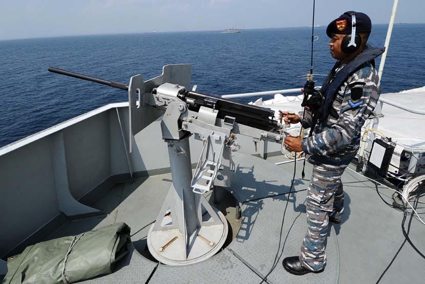 Prajurit TNI Angkatan Laut (AL) berjaga dengan menggunakan senapan di Kapal Perang Republik Indonesia (KRI) Makassar saat melintasi perairan Selat Madura, Jawa Timur, Selasa (3/6)