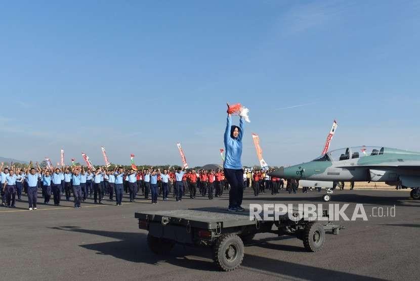 Prajurit TNI dan Polri di main apron Lanud Iswahjudi, Magetan, Jawa Timur, belum lama ini..