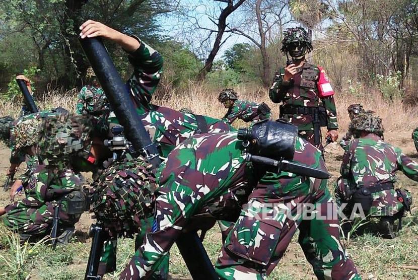Prajurit TNI melaksanakan Latihan Bantuan Tembakan Terpadu 2018 di Pusat Latihan Tempur Marinir Asembagus, Situbondo, Jawa Timur, Rabu (28/11).