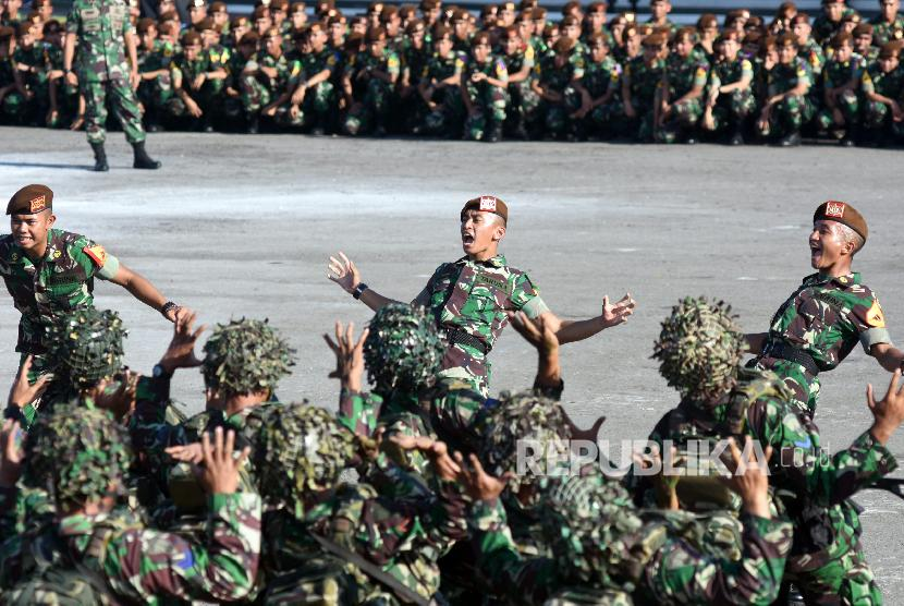 Prajurit TNI melakukan yel-yel di sela-sela Bhineka Eka Bhakti TNI di Bhumi Marinir Karangpilang, Surabaya, Jawa Timur, Rabu (27/6).