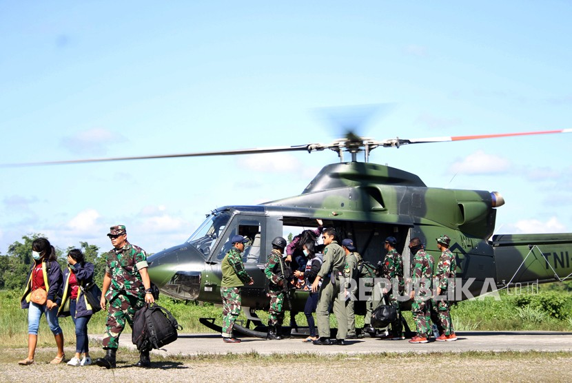 Indonesian army personnels help a number of teacher get off the helicopter at Timika, Mimika, Papua, on Thursday (April 19). The teacher are evacuated from Aroanop, Tembagapura district, Papua.