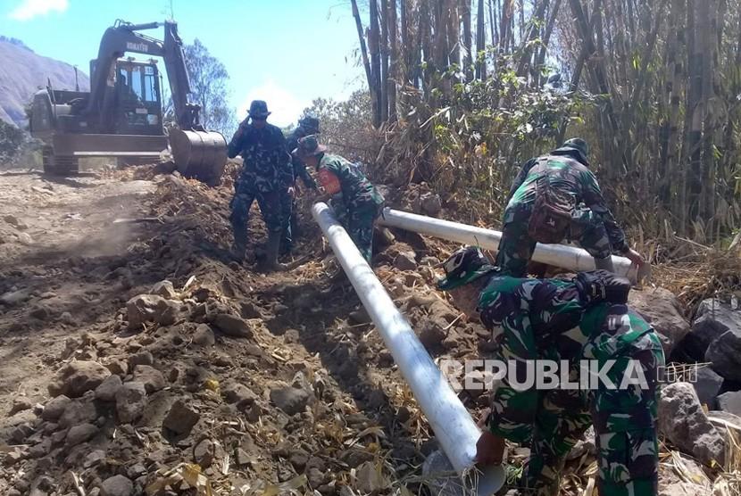 Prajurit TNI yang tergabung dalam Kogasgabpad Rehabilitasi dan Rekonstruksi  bersama-sama warga bahu membahu memperbaiki pipa saluran air bersih sepanjang 6 km yang rusak akibat gempa di Kecamatan Sembalun, Kabupaten Lombok Timur, Senin (22/10).