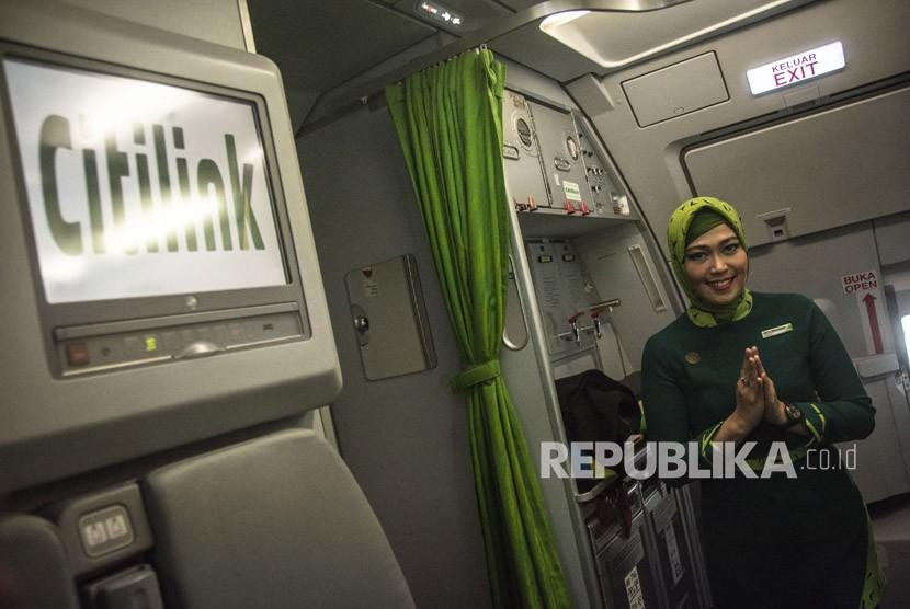 Pramugari maskapai Citilink Indonesia berseragam hijab menyapa dalam penerbangan perdana seragam baru Citilink Indonesia rute Jakarta-Surabaya, Senin (14/5).