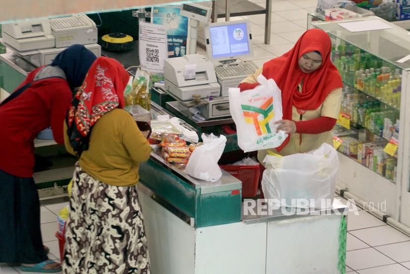 Pramuniaga melayani pembeli di salah satu pusat perbelanjaan di Kota Bogor, Jawa Barat, Rabu (21/11/2018).