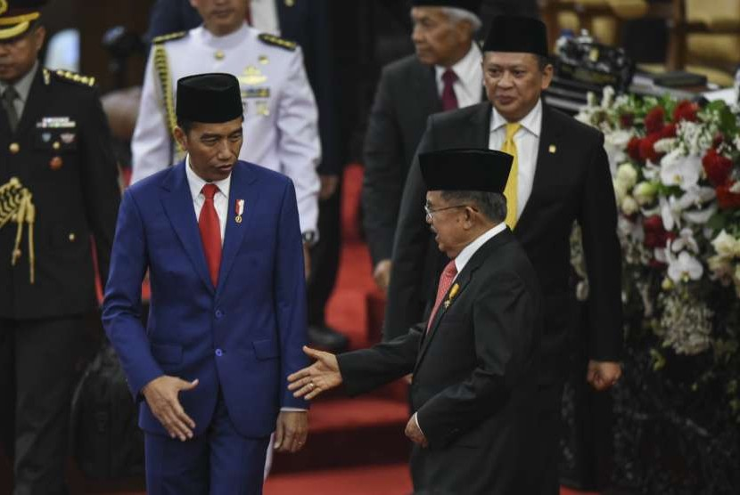 Preisden Joko Widodo (kiri) bersama Wakil Presiden Jusuf Kalla (tengah) dan Ketua DPR Bambang Soesatyo (kanan) mengikuti Sidang Bersama DPR-DPD di Gedung Nusantara, Kompleks Parlemen, Senayan, Jakarta, Kamis (16/8).