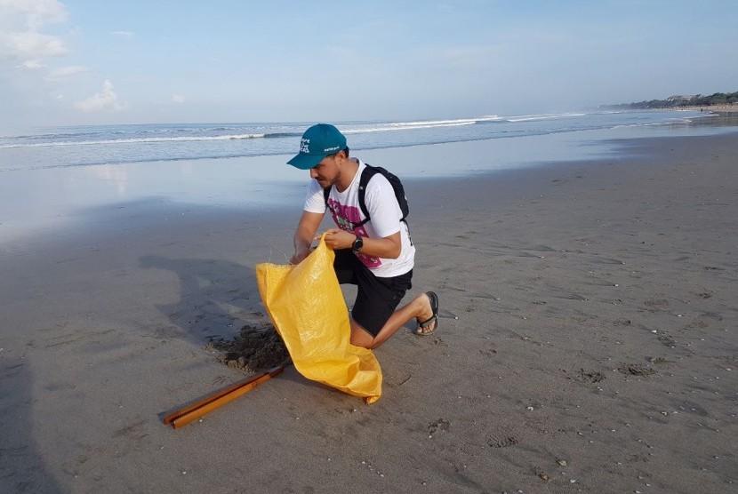 Presenter dan aktor Hamish Daud mendukung kampanye One Island One Voice 'Bali's Biggest Clean-Up' di Pantai Legian, Bali.