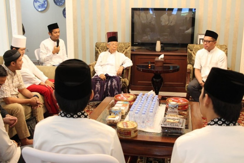 Presenter olahraga Tio Nugroho mengucapkan dua kalimat syahadat di hadapan Wakil Presiden Republik Indonesia terpilih, Ma'ruf Amin, Sabtu (1/6).