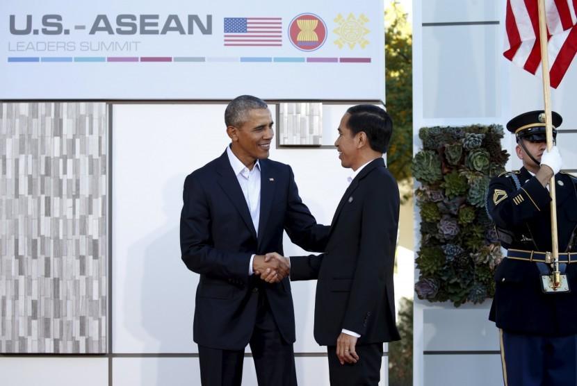 Presiden Amerika Serikat Barrack Obama (kiri) menyambut kedatangan Presiden Joko Widodo (kanan) saat KTT ASEAN-Amerika Serikat di California, Amerika Serikat, Selasa (16/2).