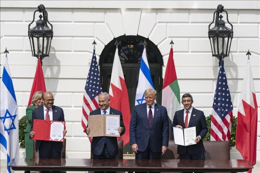 Presiden Amerika Serikat Donald Trump (kedua kanan), Perdana Menteri Israel Benjamin Netanyahu (kedua kanan), Menteri Luar Negeri UEA Abdullah bin Zayed Al Nahyan (kanan) dan Menteri Luar Negeri Bahrain Abdullatif bin Rashid Al Zayani (kiri) menghadiri upacara penandatanganan kesepakatan
