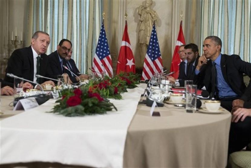 Presiden AS Barack Obama bertemu dengan Presiden Turki Recep Tayyip Erdogan di sela KTT perubahan iklim di Paris, Selasa, 1 Desember 2015.